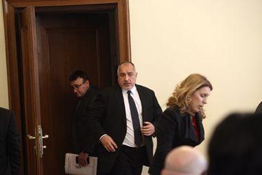 Премиерът Бойко Борисов и вътрешният министър Младен Маринов влизат заедно на заседанието на кабинета вчера, което одобри част от мерките за пътна безопасност. СНИМКА: Йордан Симeонов